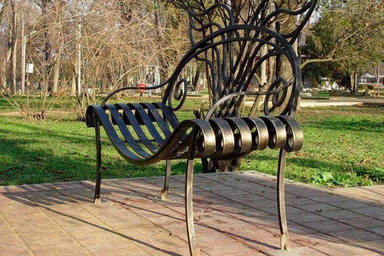 Фигурная металлическая скамейка