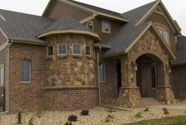 Облицованный натуральным камнем дом