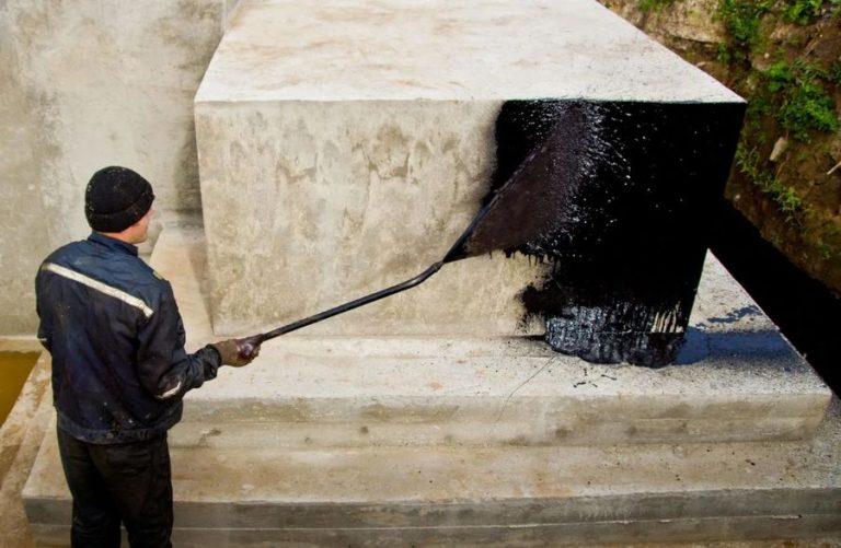 Нанесение обмазочной гидроизоляции на фундамент